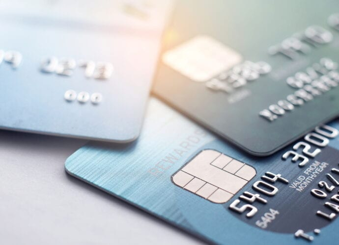 L'image représente trois cartes de crédit